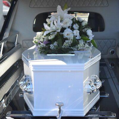 Tani zakład pogrzebowy. Jak urządzić uroczysty i niedrogi pochówek?